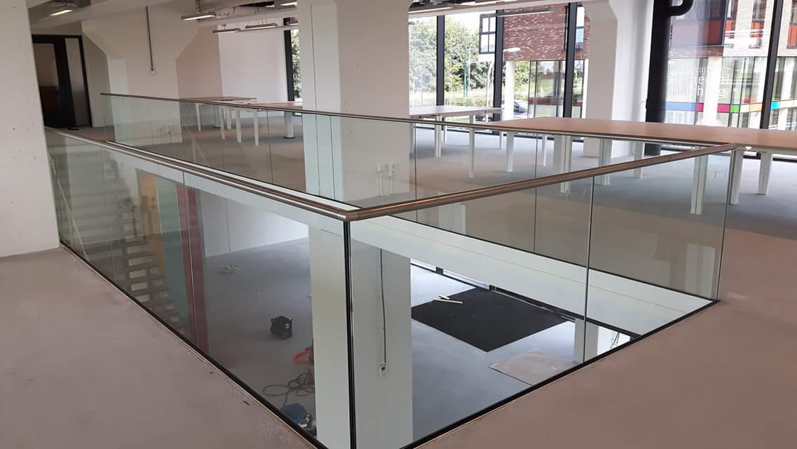 Glasbalustrade met bodemprofiel en RVS handregel