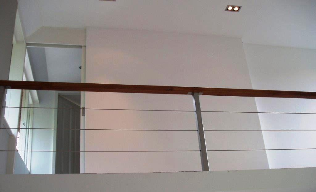 Balustrade met RVS spankabels en houten handregel